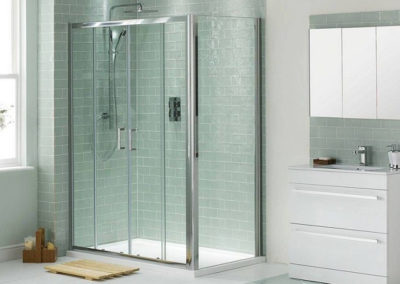 clear-glass-sliding-shower-doors-set-with-doormat-despite-of-white-cabinets-1024x878-e1397853278752
